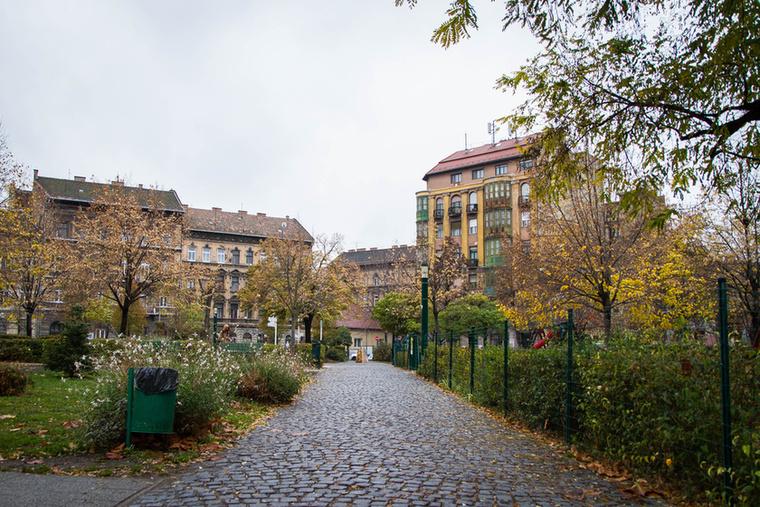 A Mátyás tér a roma kultúra több fontos épületének ad helyet