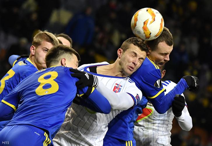 A székesfehérvári Armin Hodzic valamint Nyikolaj Szignyevics, Sztanyiszlav Dragun és Zahar Volkov a fehérorosz csapat játékosai a labdarúgó Európa-liga L csoportjában játszott BATE Boriszov - Vidi FC mérkőzésen Minszkben 2018. november 29-én.