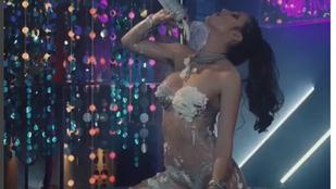 Bella Thorne meztelenül keni magára a tejszínhabot