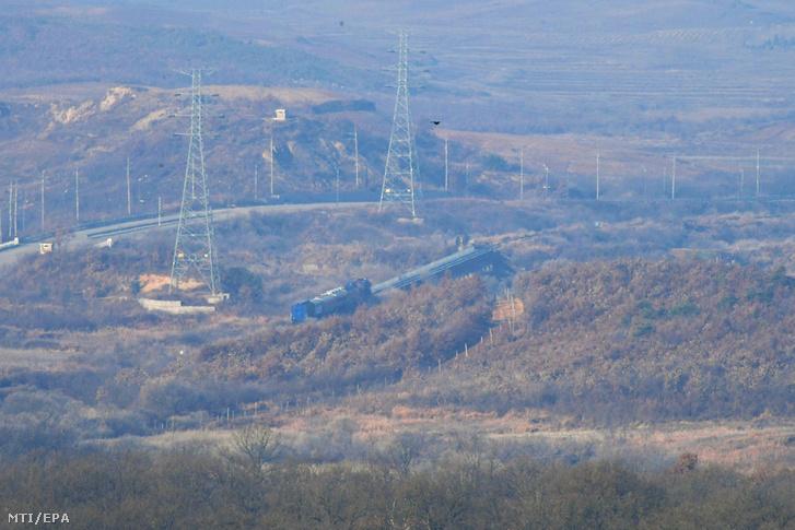 Dél-koreai tisztviselőket és szakértőket szállító vonat halad Észak-Korea felé a két Koreát elválasztó panmindzsoni demilitarizált övezetben lévő Padzsunál 2018. november 30-án.