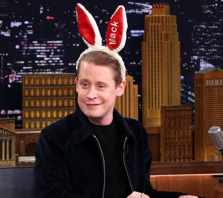 Tegnap Jimmy Fallon műsorában vendégeskedett. Maculay Culkin védjegyévé váltak a nyuszifülei, amiket népszerű podcastjében, a bunny ears-ben is visel.