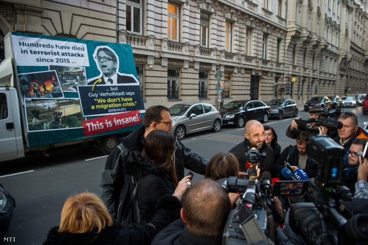 Kovács Zoltán kormányszóvivõ a Kormányinfó sajtótájékoztatón a Miniszterelnöki Kabinetiroda elõtt Budapesten a Garibaldi utcában 2018. november 28-án.