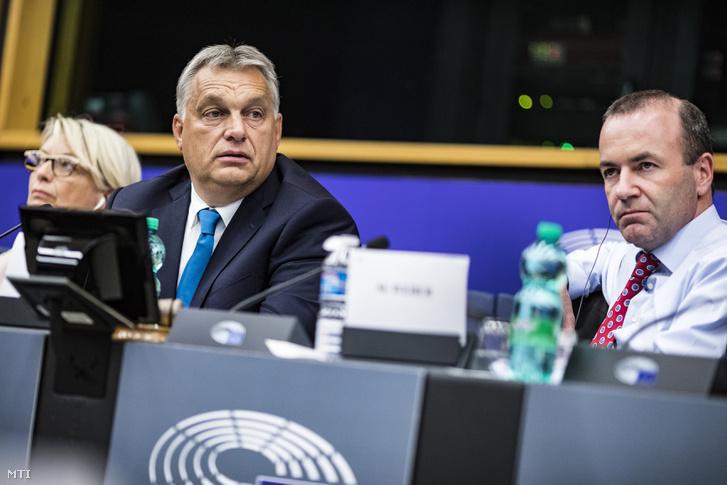 Orbán Viktor miniszterelnök (b2) az Európai Néppárt (EPP) frakcióülésén az EP épületében Strasbourgban 2018. szeptember 11-én. Mellette Manfred Weber az Európai Néppárt az EPP frakcióvezetõje