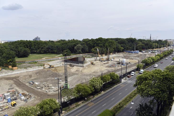 A Liget Budapest Projektben megvalósuló új Néprajzi Múzeum építkezése a Városliget melletti Ötvenhatosok terén 2018. július 4-én. Középen az 56-os emlékmű látható.