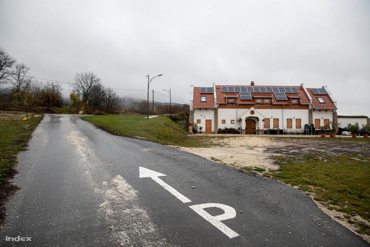 A nem hivatalosan leaszfaltozott út a polgármester panziójához vezet