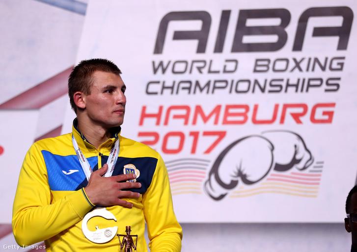 Az aranyérmes Oleksandr Khyzhniak pózol az AIBA által megrendezett nemzetközi box világbajnokságon Hamburgban 2017. szeptember 2-án