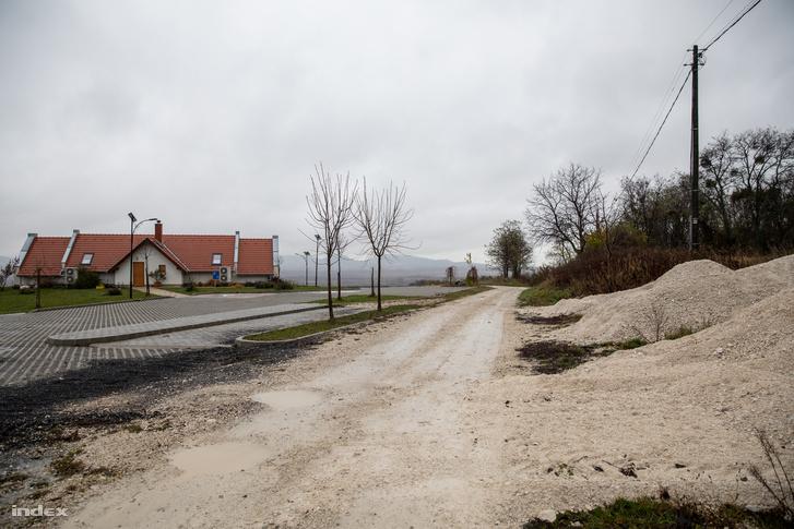 """A murvás út, amit nem sokkal azelőtt pályázat pénzből tettek helyre és aztán """"leromlott állapotú aszfaltozott útnak"""" mondva ismét kért pénzt kért az útra az önkormányzat Pávits szerint"""