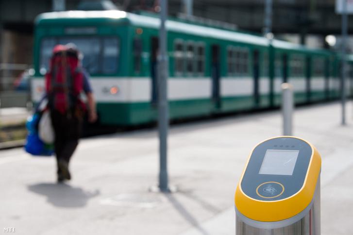 A Budapesti Közlekedési Központ (BKK) elektronikus jegyrendszeréhez kapcsolódó érvényesítő készülék a H6-os HÉV Közvágóhíd végállomásán 2017. szeptember 7-én.