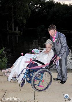 Kirstie Mills és férje az esküvőn