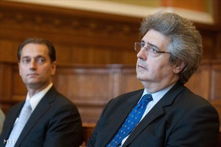 Hunvald György egykori VII. kerületi szocialista polgármester és Szabó Zoltán volt szocialista országgyűlési képviselő ül a Fővárosi Bíróság tárgyalótermében (Fotó: Koszticsák Szilárd)