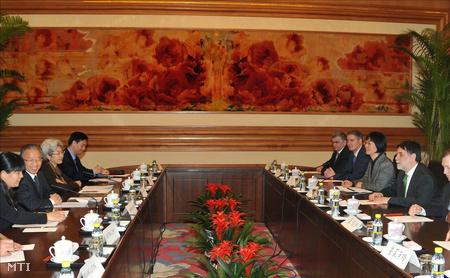 Taj Ping-kuo kínai államtanácsos (b2) és Fellegi Tamás (j) megbeszélést folytat a pekingi Csungnanhaj kormányzati negyedben
