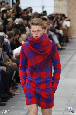 Ez a Louis Vuittonnál nyári divat. Hát színesnek tényleg színes...
