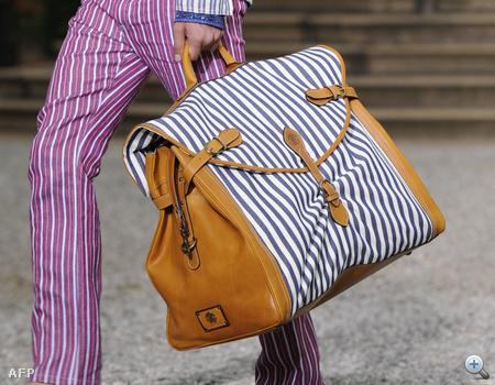 Így vonszolták a hatalmas táskákat a modellek a Roberto Cavalli-bemutatón