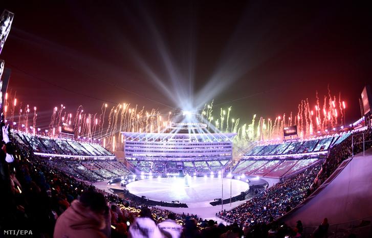 Tűzijáték a phjongcshangi téli olimpia nyitóünnepségén az olimpiai stadionban 2018. február 9-én.