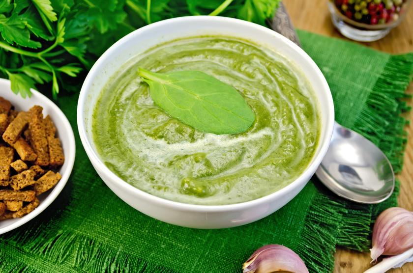 A zöld leveles növények káliumtartalma a vese munkája által jut el a vérbe, ez a pótlás segíti a vérnyomás stabilizálását. A spenót, a mángold, a petrezselyem vagy a kelkáposzta is jó választás.