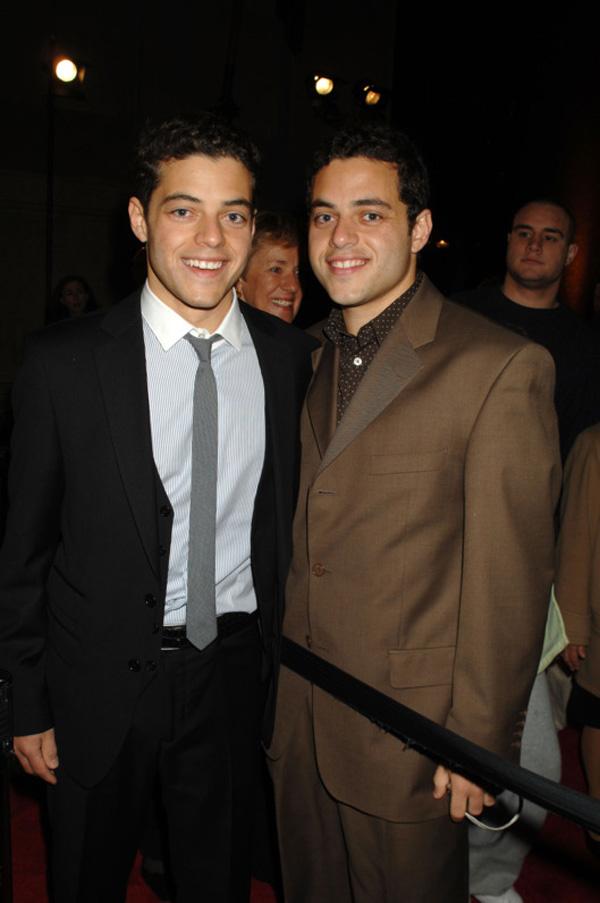 Rami Malek egypetéjű ikertestvére, Sami. Míg Rami idén Oscar-esélyes, addig Sami kerüli a reflektorfényt: olyan lámpalázas, hogy a diplomavédését is Rami adta elő helyette.