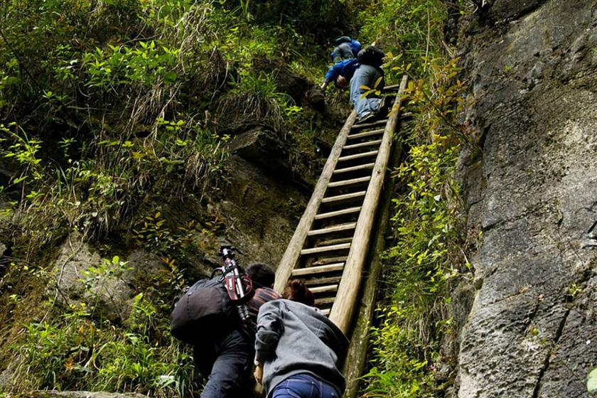 A Kínában található Badagong-hegy tetejére épült Zhang Jiawan faluból nincs más út a nagyobb településekre: meredek létrákon kell lemászniuk a gyerekeknek a hegyoldalon, ha tanulni akarnak.