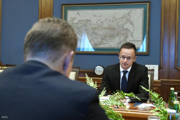 Szijjártó Péter külgazdasági és külügyminiszter (szemben) és Alekszej Miller, a Gazprom ügyvezető igazgatója megbeszélést folytat az orosz állami gázipari monopólium moszkvai székházában 2018. szeptember 17-én.