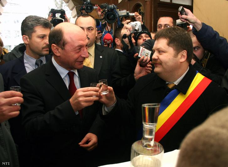 Băsescu államelnök és Szász Jenő székelyudvarhelyi polgármester koccint 2006. március 15-jén
