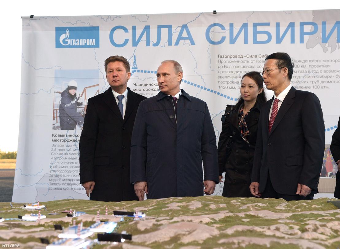 Alekszej Miller, a Gazprom orosz állami gázipari monopólium vezérigazgatója (b), Vlagyimir Putyin orosz elnök (b2) és Csang Kao-li kínai első miniszterelnök-helyettes (j) az Oroszországot Kínával összekötő új, orosz-kínai gázvezeték, a Szibéria Ereje építésének ünnepélyes megkezdésén a szibériai Jakutföldön fekvő Usz-Hatin falu közelében 2014. szeptember 1-jén.