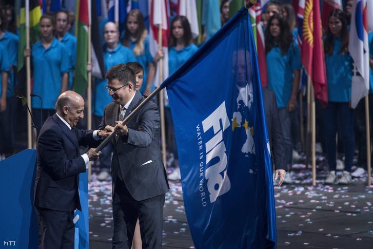 Julio C. Maglione, a Nemzetközi Úszó Szövetség (FINA) elnöke átveszi a szövetség zászlaját Seszták Miklós nemzeti fejlesztési minisztertől, a budapesti, 17. vizes világbajnokság szervezőbizottságának elnökétől a vb záróünnepségén a Papp László Budapest Sportarénában 2017. július 30-án.