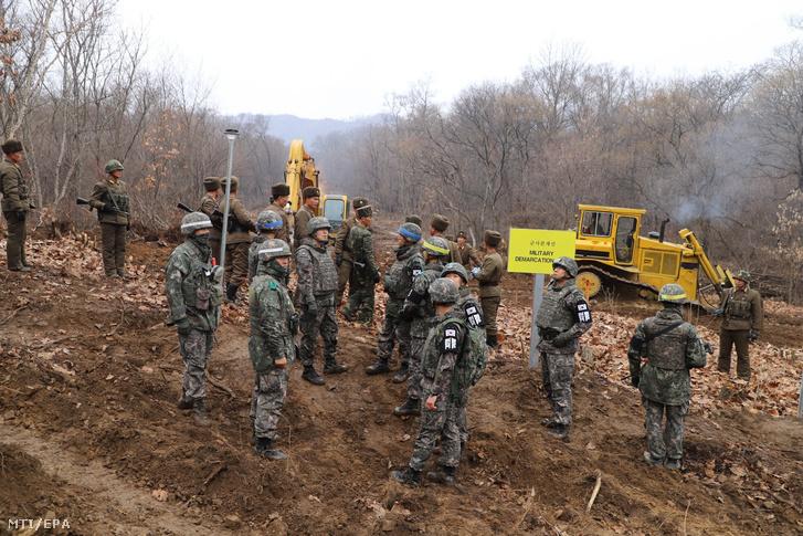 Dél-koreai (az előtérben) és észak-koreai katonák a két országrészt a demilitarizált övezetben összekötő út építésén a demarkációs vonal közelében, Cshorvonnál. Az út a koreai háborúban elesett katonák maradványait feltáró közös tevékenységet segíti elő.