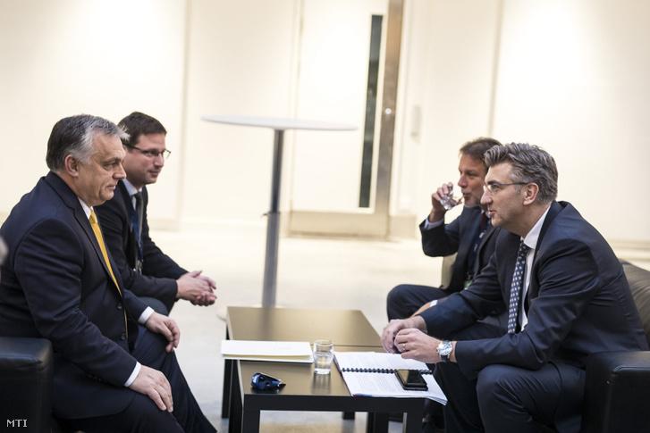 Orbán Viktor magyar kormányfő (b) és Andrej Plenkovic horvát kormányfő (j) tárgyal az Európai Néppárt (EPP) kétnapos kongresszusának nyitónapján Helsinkiben 2018. november 7-én. Balról Gulyás Gergely, a Miniszterelnökséget vezető miniszter (b2).