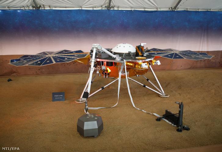A NASA InSight nevű Mars-szondájának méretarányos modellje a NASA Jet Propulsion Laboratóriumában 2018. november 26-án. Ezen a napon a Mars belsejének kutatása céljából május 5-én útjára indított InSight robotgeológus űrszonda mintegy 485 millió kilométernyi út megtétele után sikeresen landolt a vörös bolygón.