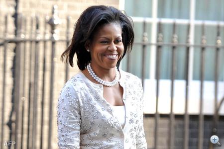 Mivhelle Obama szeret applikált kardigánban, igényes törpesarkú cipőben és pasztell szín szoknyában részt venni hivatalos eseményeken.