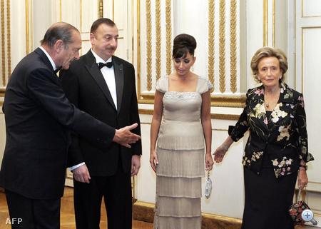 Mehriban Aliyeva 2007-ben férjével, Ilham Aliyevvel vett részt egy elnöki vacsorán Párizsban, Jacques Chirac-kal és nejével,  Bernadette Chirac-kal.