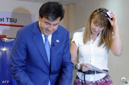 Sandra Roelofs és férje a 2010-es grúz választásokon: a First LAdy szereti a színeket és mintákat.
