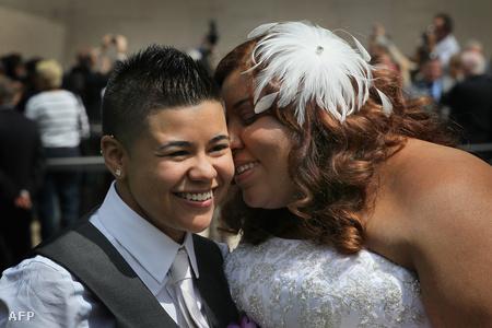 Leszbikus pár ünnepel Chicagóban