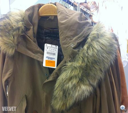 Szőrös kapucnis dzseki is van a Zara kínálatában.