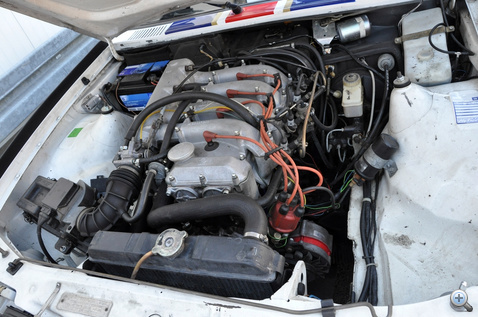 Akkoriban nagyot szólt egy ilyen 2.4-es, duplaveztengelyes, 16 szelepes motor. És most sem kell szégyenkezni miatta