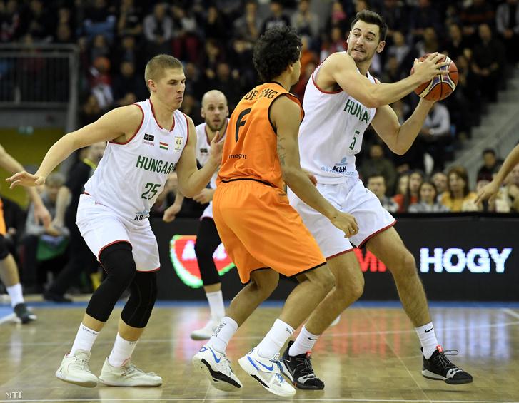 Váradi Benedek (b), Rosco Allen (j) és a holland Worthy de Jong (k) a férfi kosárlabda világbajnoki selejtezősorozat J csoportjában játszott Magyarország - Hollandia mérkőzésen