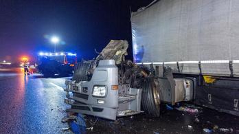 Összeütközött egy busz és egy teherautó az M1-esen