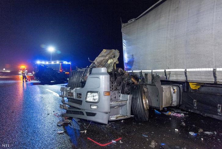 Ütközésben összetört kamion az M1-es autópálya Budapest felé vezető oldalán Komárom közelében 2018. december 3-án.