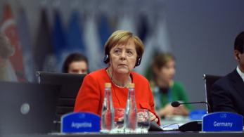 Merkel jegyzetein szórakozik Ausztrália