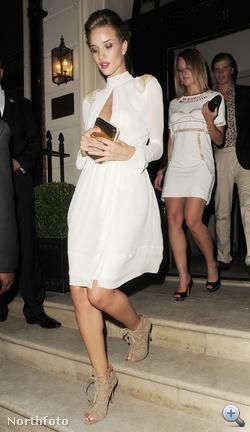 Rosie Huntington-Whiteley így indult partizni június 27-én a londoni premier után