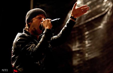 Ben Verse, a Pendulum zenekar MC-je szórakoztatja a közönséget a soproni Volt Fesztiválon (Fotó: Marjai János)