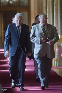 Paczolay Péter, az Alkotmánybíróság újrajelölt elnöke (b) és Balsai István, az Országgyűlés alkotmányügyi, igazságügyi és ügyrendi bizottságának elnöke megérkezik a bizottság ülésére