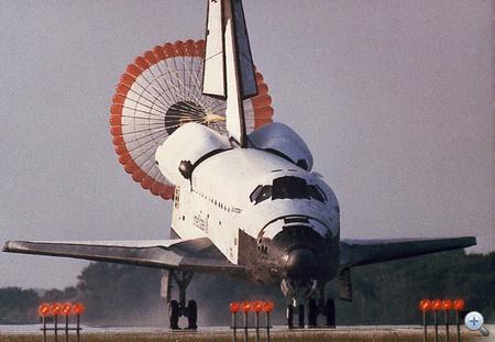 1992. július 9. A rekordhosszú, csaknem 14 napig tartó STS-50-es küldetésről visszatérő űrsikló a Kennedy űrközpont leszállópályáján.