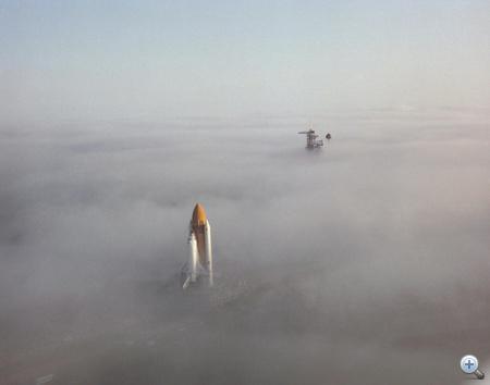 1982. november 30. Sűrű ködben araszol a Challenger a 39A indítóállás felé, hogy első útjára (STS-6) induljon. A második amerikai űrsikló első startjára végül 1983. április 4-én került sor.