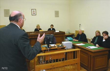 Eger, 2009. december 1. Benedek Fülöp, a Magyar Nemzeti Vagyonkezelő vezérigazgató-helyettese beszél a Heves megyei bíróságon a hivatali visszaélése ügyében folytatott tárgyaláson