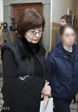 Rendőrök kísérik ki az előzetes letartóztatásról folytatott tárgyalásról az egyik gyanúsítottat, Horváthné Fekszi Mártát  (Fotó: Szigetváry Zsolt)