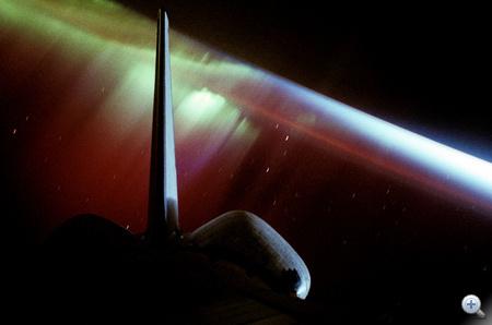 1994. október elején készült ez a fantasztikus fotó az STS-68-as küldetésen lévő űrsiklóról és a Déli Fényről.