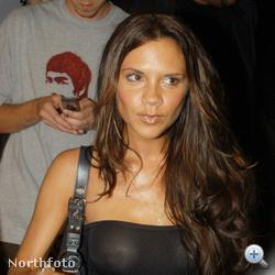 Victoria Beckham még a 2000-es évek elején:akkoriban még nem volt stílusikon, ellenben jó focistafeleségként imádott vásárolgatni.