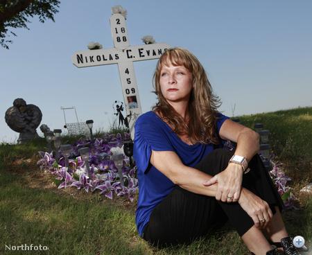 Marissa Evans a fia, Nikolas emlékére állított kereszt előtt