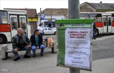 Utasok várakoznak az esztergomi buszpályaudvaron