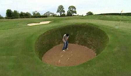 Rory McIlroy a kertje végében épített pályán gyakorol (fotók: BBC / Yahoo)